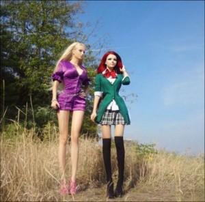 アニメ少女とバービー人形が対面